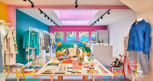 Yinka Ilori tô điểm những sắc màu rực rỡ cho shop thời trang mang thương hiệu Mira Mikati tại London.